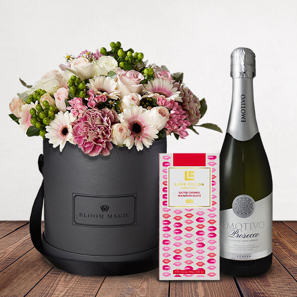La Vue du Sacré Cœur is a wonderful arrangement of roses, gerberas and vintage carnations. This bouquet of flowers set elegantly in a blush hatbox pink hatbox is the perfect gift for someone special. Flower Delivery is available everywhere in London and the United Kingdom