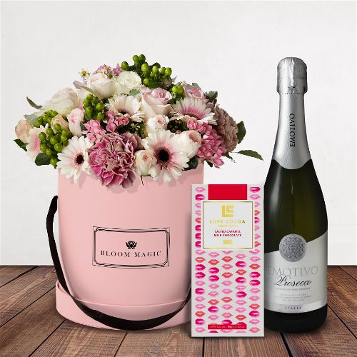 La Vue Du Sacré Cœur Gift Set Flowers Delivered - La Vue du Sacré Cœur is a wonderful arrangement of roses, gerberas and vintage carnations. This bouquet of flowers set elegantly in a blush hatbox pink hatbox is the perfect gift for someone special. Flower Delivery is available everywhere in London and the United Kingdom